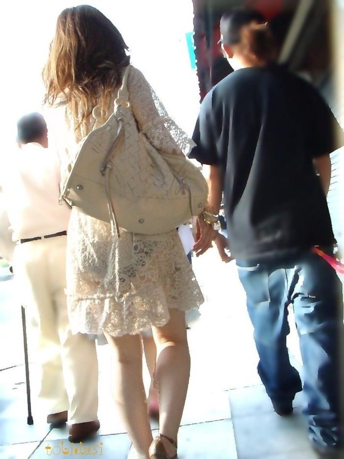 【透けパンエロ画像】街中で着衣が透けてパンティー丸見え!な女の子! 16