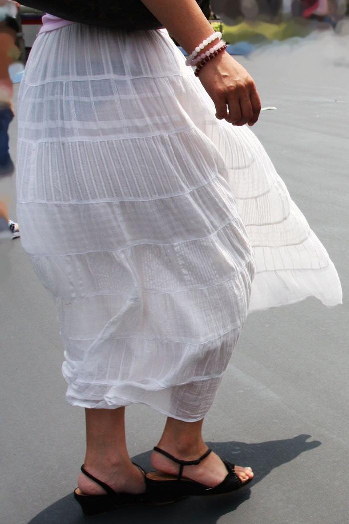 【透けパンエロ画像】街中で着衣が透けてパンティー丸見え!な女の子! 17
