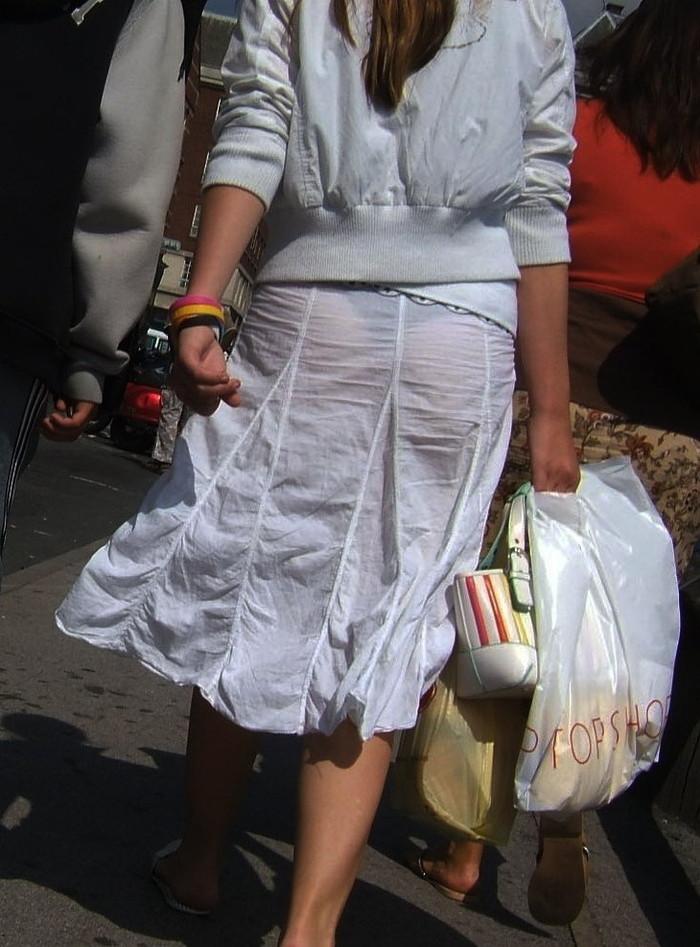 【透けパンエロ画像】街中で着衣が透けてパンティー丸見え!な女の子! 18