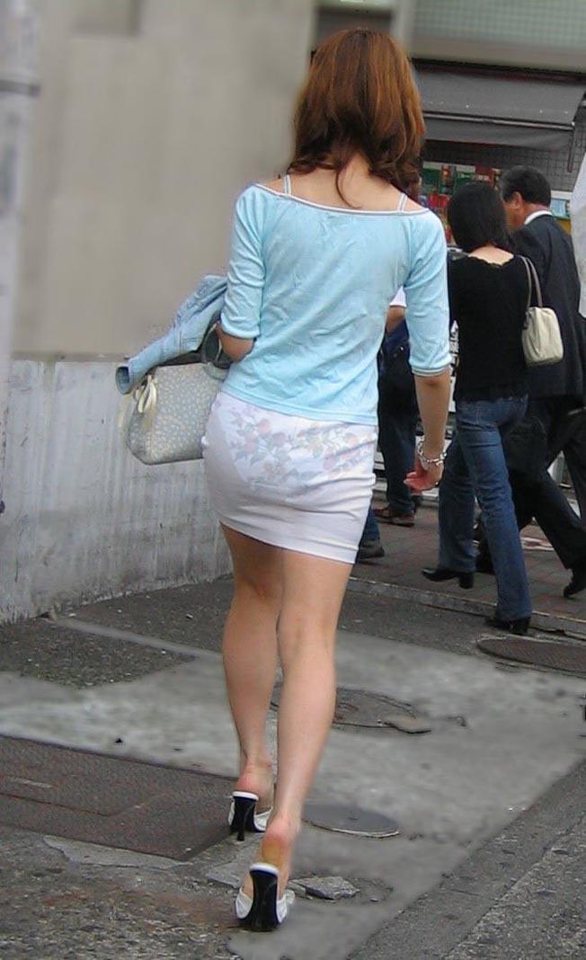【透けパンエロ画像】街中で着衣が透けてパンティー丸見え!な女の子! 21