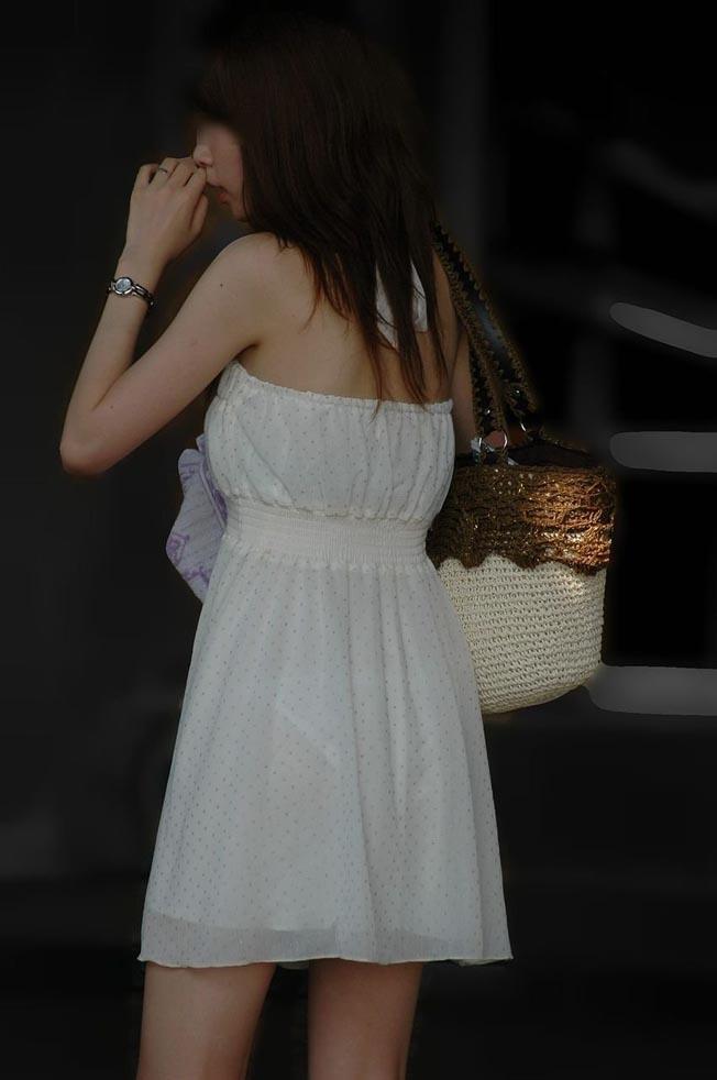 【透けパンエロ画像】街中で着衣が透けてパンティー丸見え!な女の子! 23