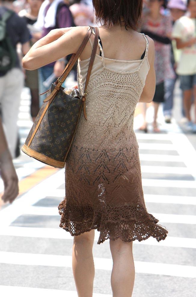 【透けパンエロ画像】街中で着衣が透けてパンティー丸見え!な女の子! 24