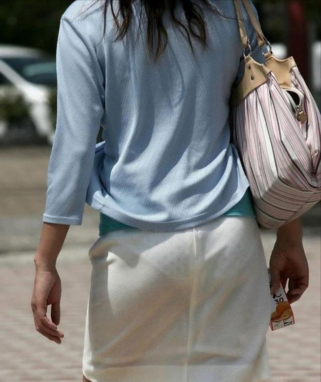 【透けパンエロ画像】街中で着衣が透けてパンティー丸見え!な女の子! 25