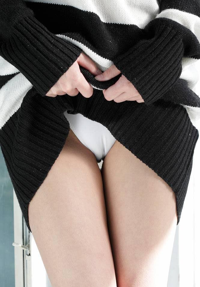 【マンスジエロ画像】食い込むパンツが女の子のオマンコをうっすらと映し出すマンスジ! 04