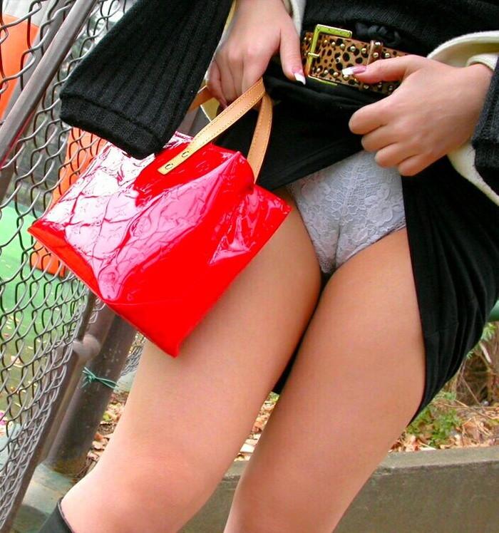 【マンスジエロ画像】食い込むパンツが女の子のオマンコをうっすらと映し出すマンスジ! 10