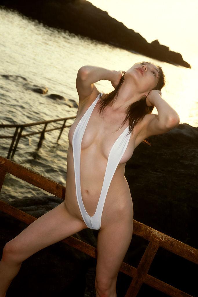 【スリングショットエロ画像】これは水着?もはや裸と言ってもいいスリングショットw 13