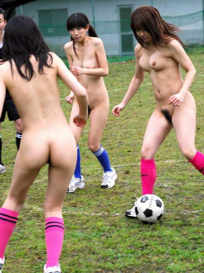 【全裸スポーツエロ画像】全裸でスポーツって開放的すぎるだろ!?w 06