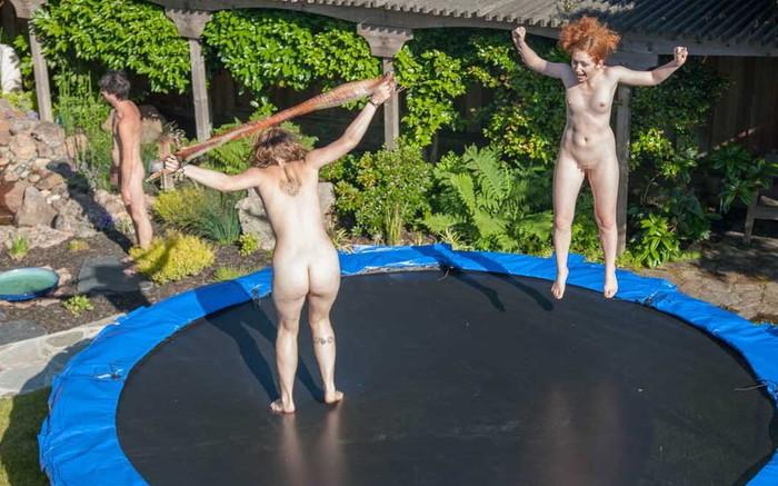 【全裸スポーツエロ画像】全裸でスポーツって開放的すぎるだろ!?w 08