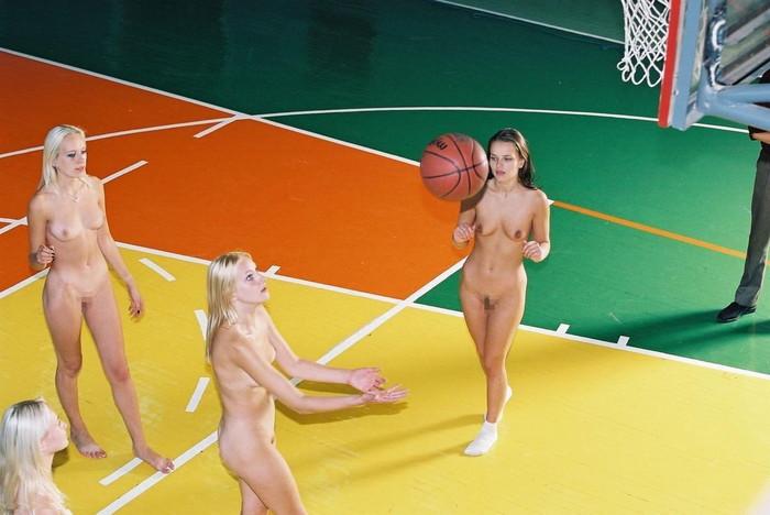 【全裸スポーツエロ画像】全裸でスポーツって開放的すぎるだろ!?w 23