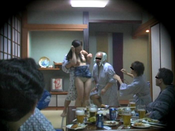 【ピンクコンパニオンエロ画像】酒宴の席に呼んだピンクコンパニオンがエロすぎるんだが! 02