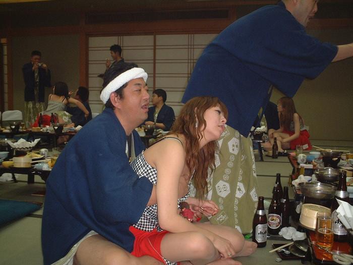 【ピンクコンパニオンエロ画像】酒宴の席に呼んだピンクコンパニオンがエロすぎるんだが! 07