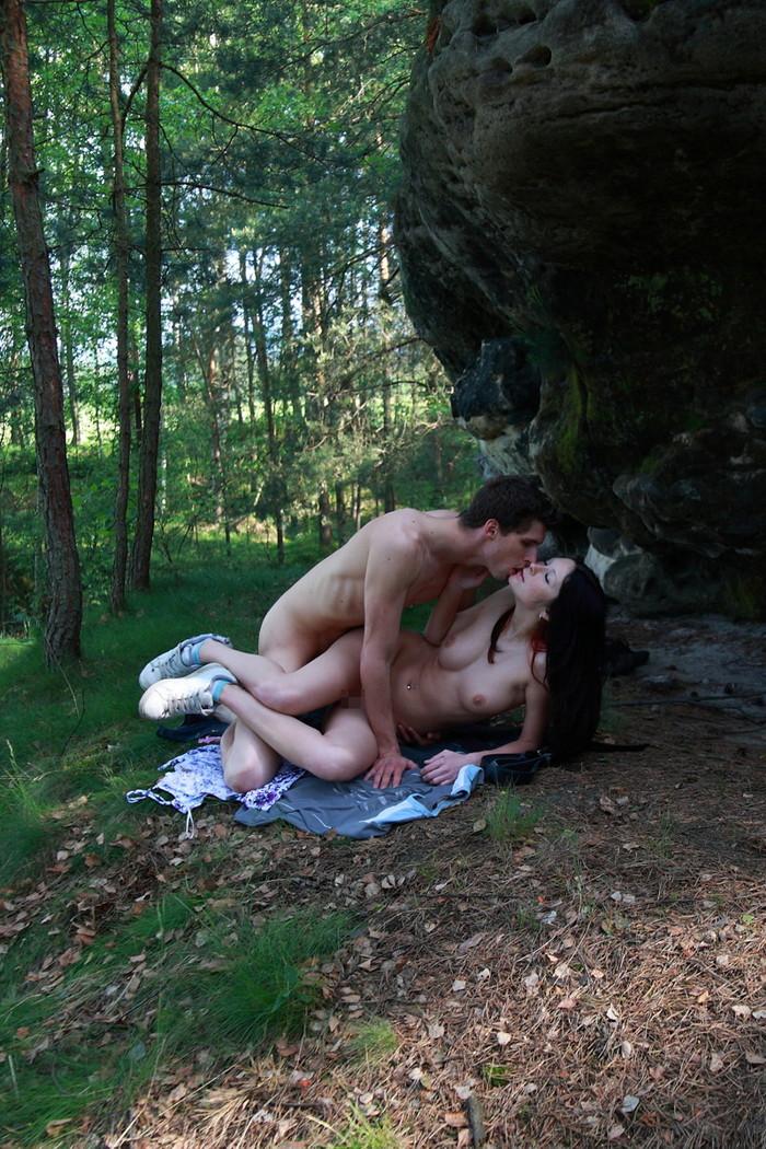 【海外青姦エロ画像】広大な大地でスケールの大きな青姦セックス! 15