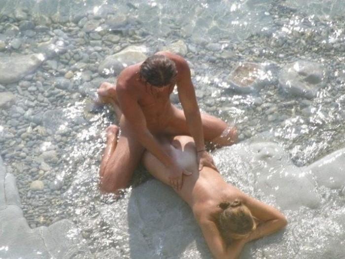 【海外青姦エロ画像】広大な大地でスケールの大きな青姦セックス! 17
