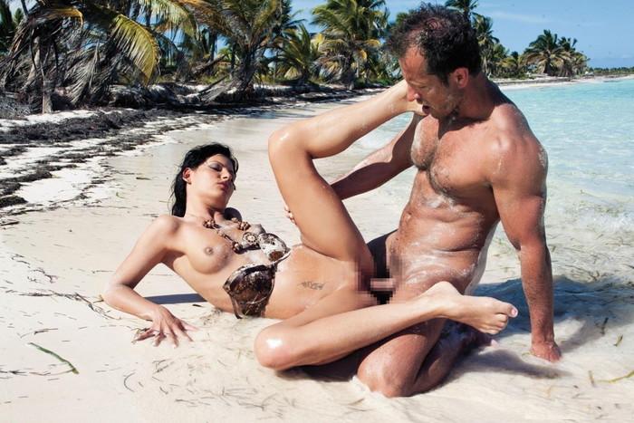 【海外青姦エロ画像】広大な大地でスケールの大きな青姦セックス! 18