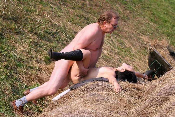 【海外青姦エロ画像】広大な大地でスケールの大きな青姦セックス! 21