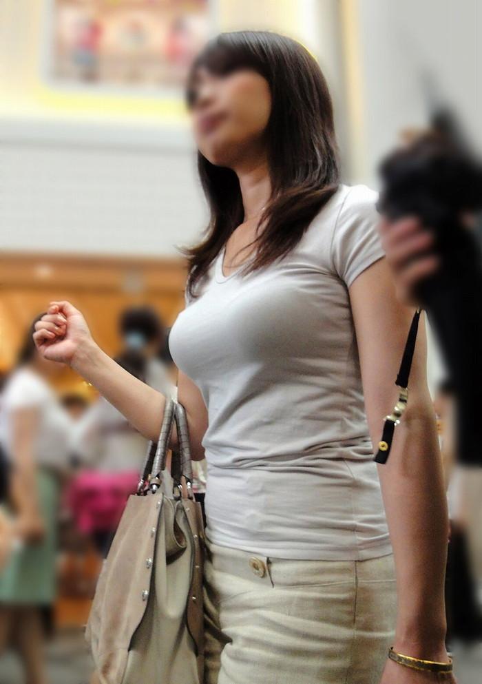 【着衣おっぱいエロ画像】街中で見かける着衣のおっぱいも結構やらしいぞ?w 17
