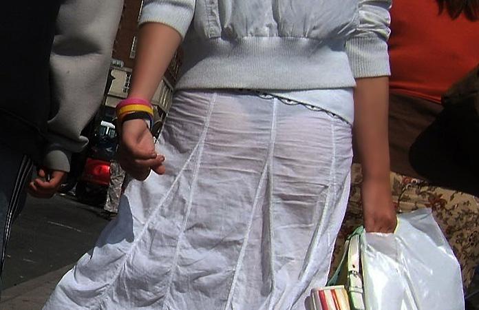 【着衣透けパンエロ画像】着衣越しに透けたパンツがハッキリと…新たな露出プレイか!?w