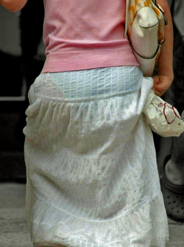 【着衣透けパンエロ画像】着衣越しに透けたパンツがハッキリと…新たな露出プレイか!?w 10