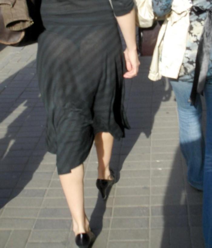 【着衣透けパンエロ画像】着衣越しに透けたパンツがハッキリと…新たな露出プレイか!?w 12