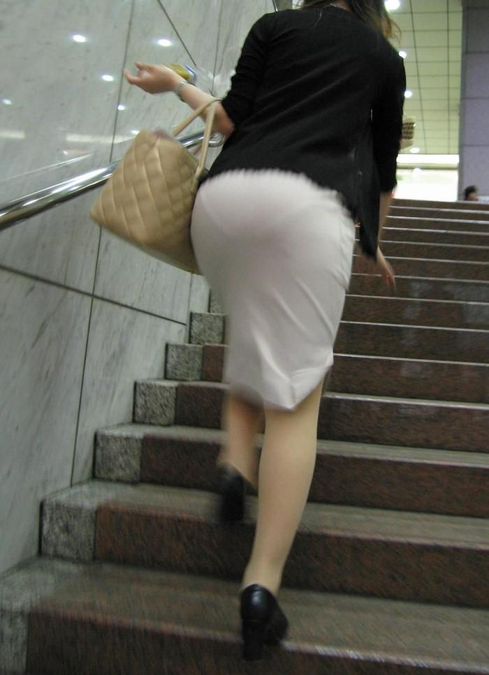 【着衣透けパンエロ画像】着衣越しに透けたパンツがハッキリと…新たな露出プレイか!?w 22