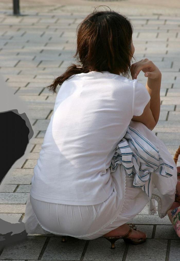 【着衣透けパンエロ画像】着衣越しに透けたパンツがハッキリと…新たな露出プレイか!?w 24