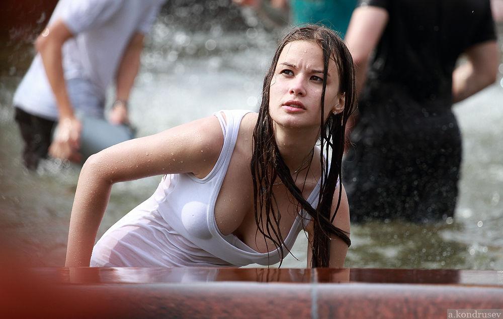 【ロシア水掛け祭りエロ画像】濡れた着衣がスケスケ!こんなん絶対勃起するだろ!