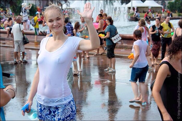 【ロシア水掛け祭りエロ画像】濡れた着衣がスケスケ!こんなん絶対勃起するだろ! 05