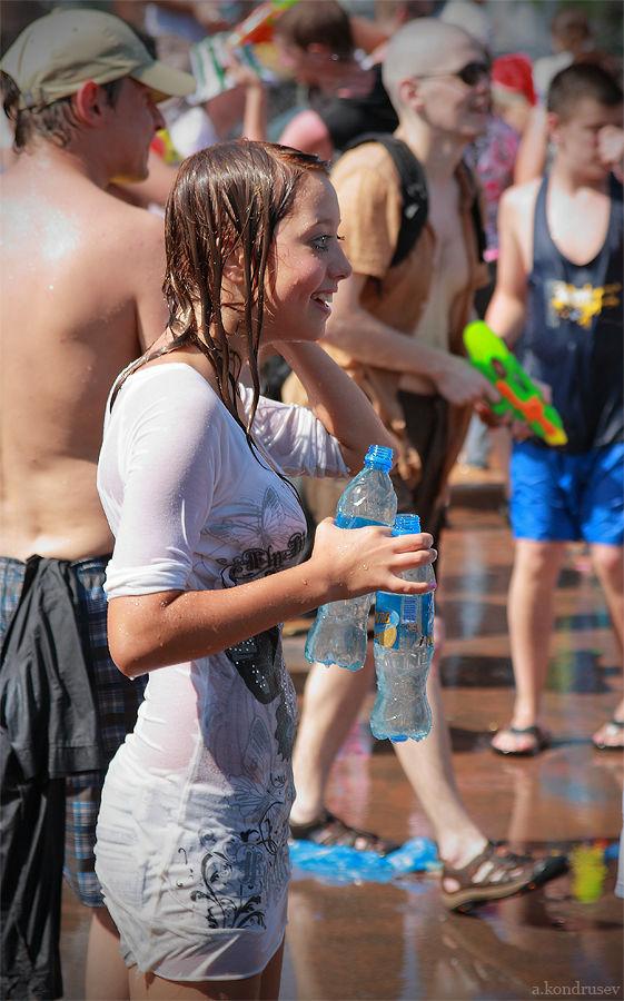 【ロシア水掛け祭りエロ画像】濡れた着衣がスケスケ!こんなん絶対勃起するだろ! 13