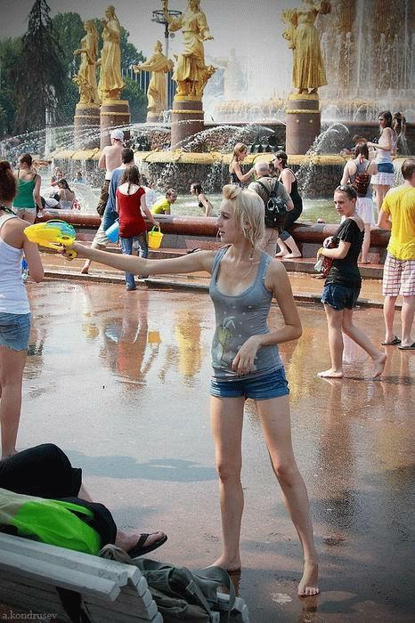 【ロシア水掛け祭りエロ画像】濡れた着衣がスケスケ!こんなん絶対勃起するだろ! 16