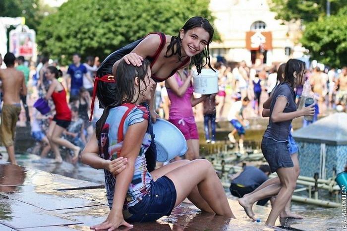 【ロシア水掛け祭りエロ画像】濡れた着衣がスケスケ!こんなん絶対勃起するだろ! 17