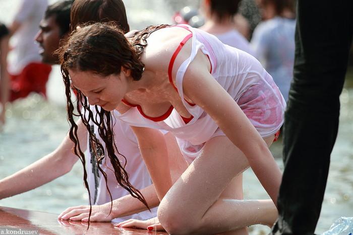 【ロシア水掛け祭りエロ画像】濡れた着衣がスケスケ!こんなん絶対勃起するだろ! 18