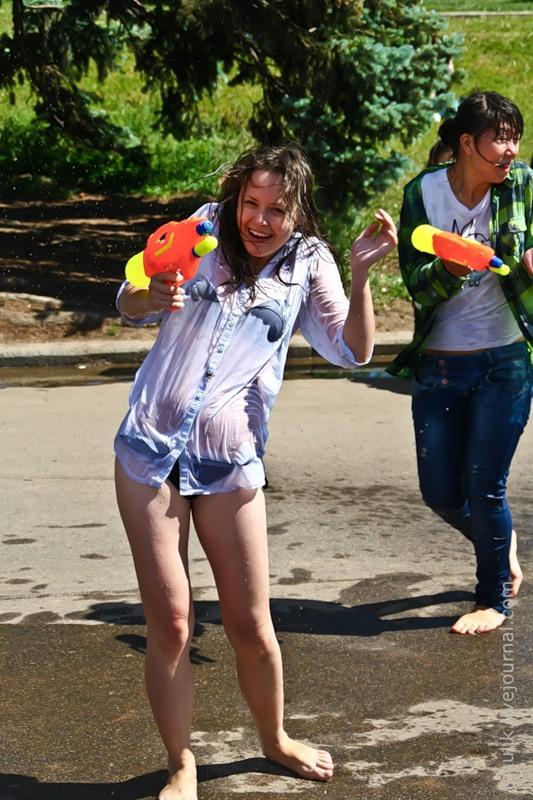 【ロシア水掛け祭りエロ画像】濡れた着衣がスケスケ!こんなん絶対勃起するだろ! 20