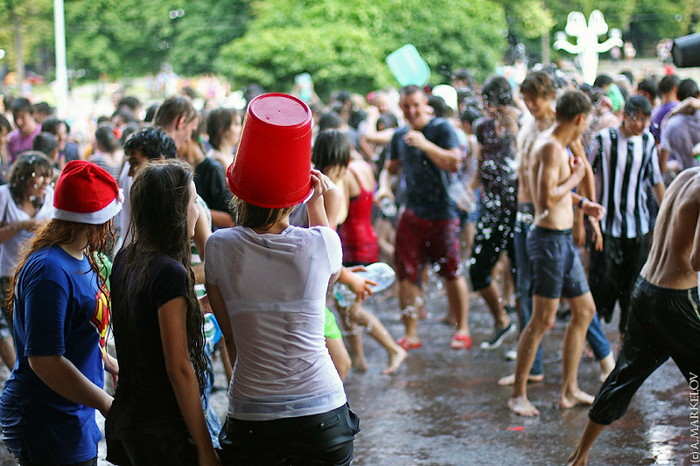 【ロシア水掛け祭りエロ画像】濡れた着衣がスケスケ!こんなん絶対勃起するだろ! 21