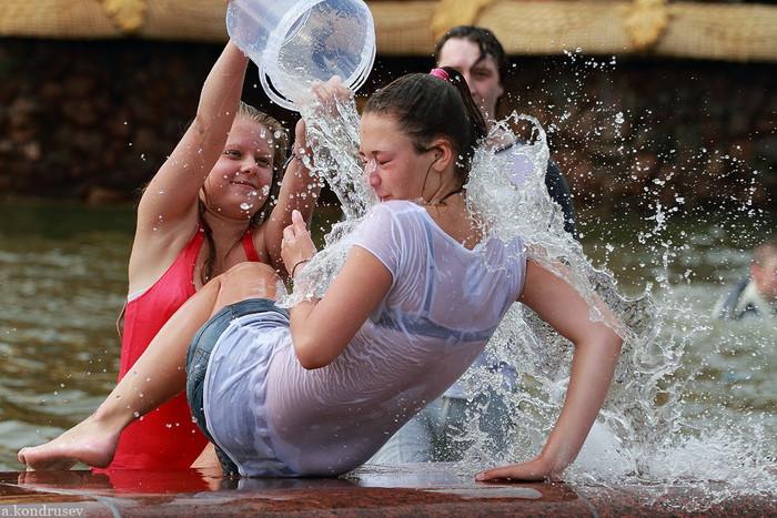 【ロシア水掛け祭りエロ画像】濡れた着衣がスケスケ!こんなん絶対勃起するだろ! 24