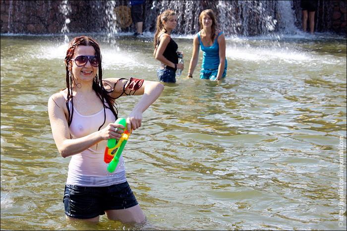 【ロシア水掛け祭りエロ画像】濡れた着衣がスケスケ!こんなん絶対勃起するだろ! 25