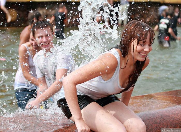 【ロシア水掛け祭りエロ画像】濡れた着衣がスケスケ!こんなん絶対勃起するだろ! 26