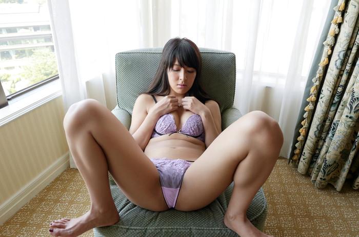 【M字開脚エロ画像】ガバッと開いて股間を見せ付けるM字開脚している女!エロすぎ! 22
