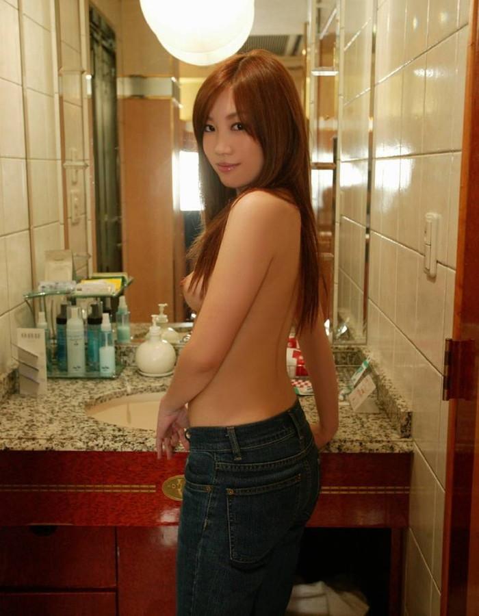 【トップレスヌードエロ画像】上半身だけ裸のトップレスヌードが妙にエロい件。 15
