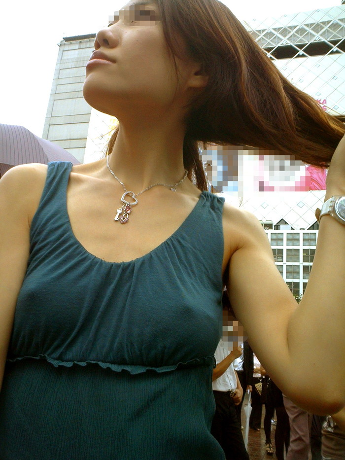 【胸ポチエロ画像】着衣にブラに水着に!?乳首がポチッとな…w 03