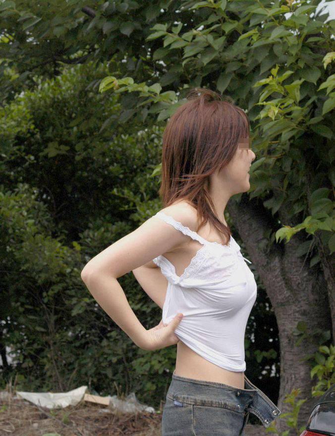【胸ポチエロ画像】着衣にブラに水着に!?乳首がポチッとな…w 04