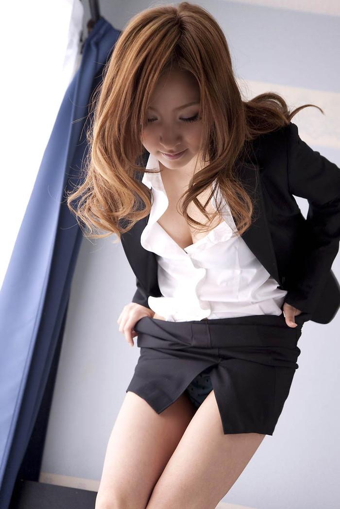 【OLエロ画像】お堅いイメージのスーツの下はやっぱりただの女だった!w 03