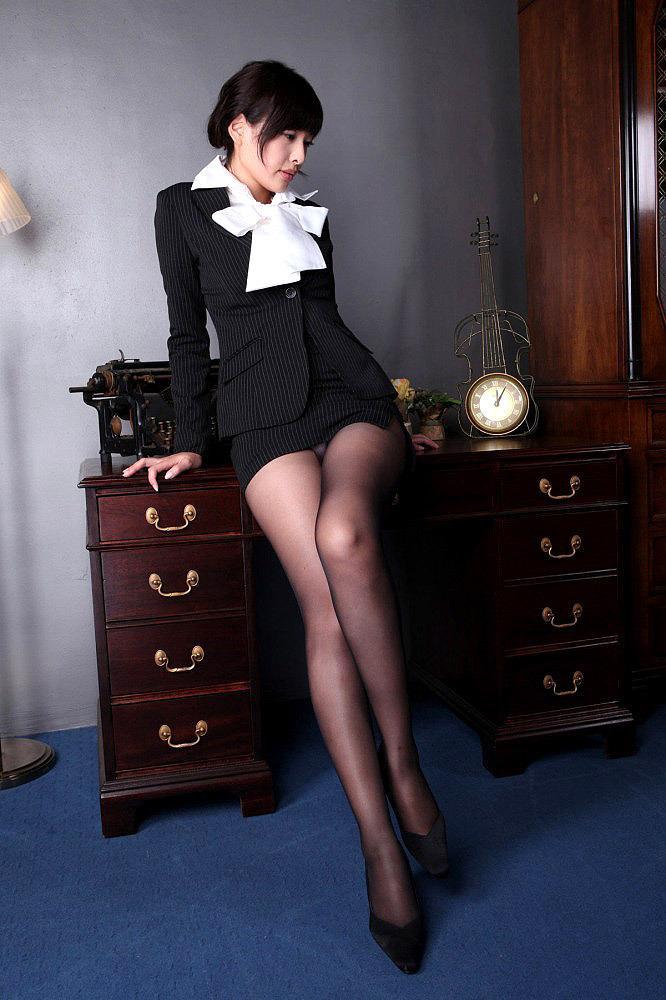 【OLエロ画像】お堅いイメージのスーツの下はやっぱりただの女だった!w 20