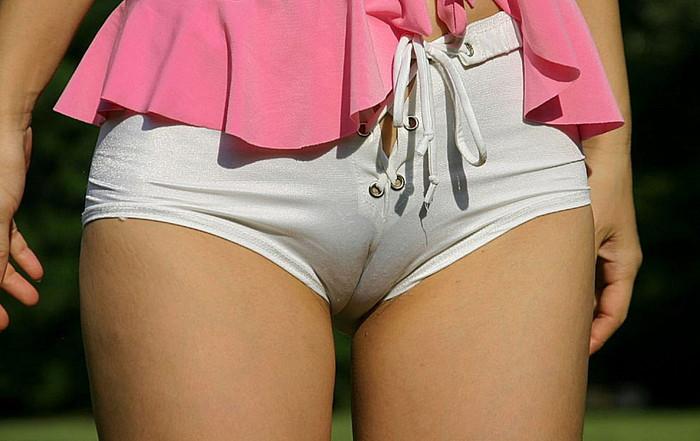 【マンスジエロ画像】オマンコの形までが確認できそうなリアルなマンスジ! 30