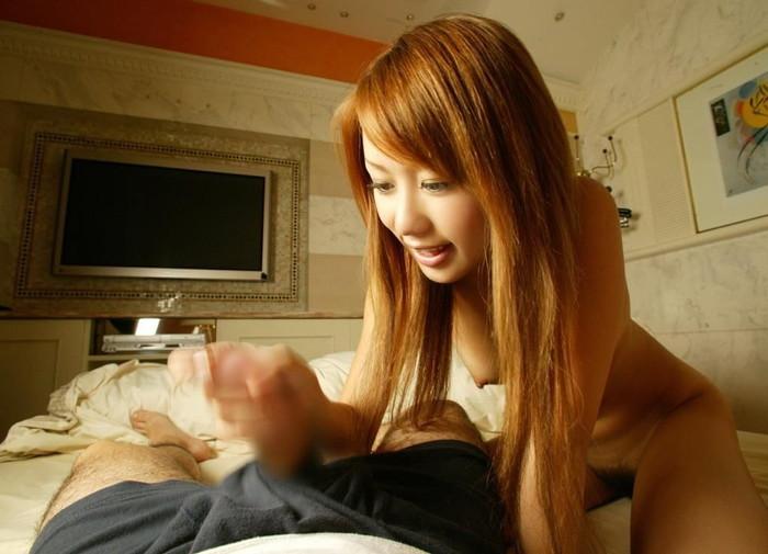 【手コキエロ画像】女の子にシテもらうから気持ちいい!センズリとは段違いの手コキ! 03