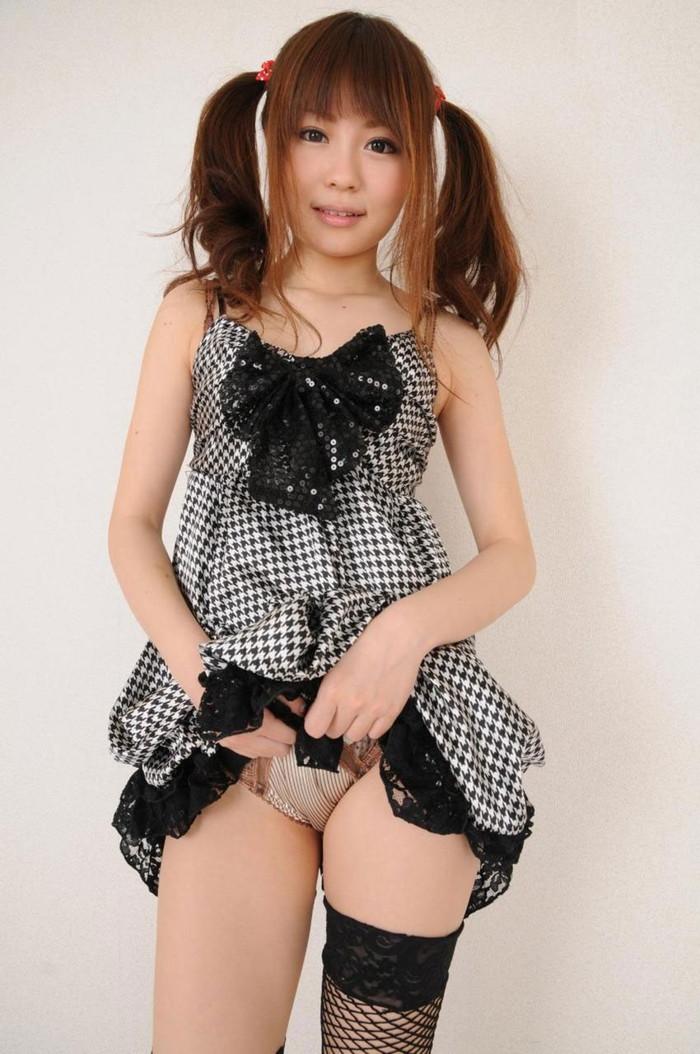 【パンチラエロ画像】スカートをたくし上げて「見ても良いんだよ?」 02