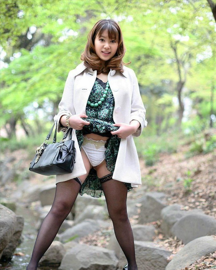 【パンチラエロ画像】スカートをたくし上げて「見ても良いんだよ?」 20