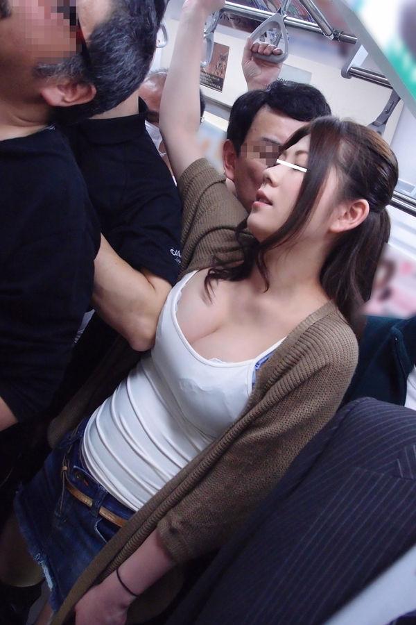 【痴漢エロ画像】女性諸君お気をつけください!こんな痴漢の魔の手! 09