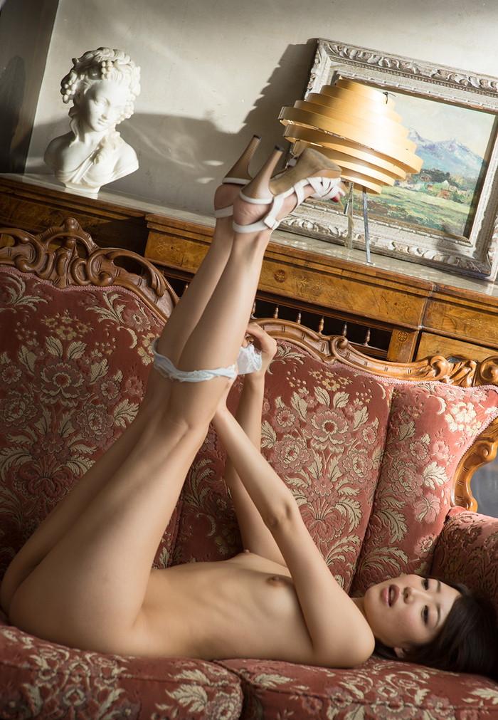 【半裸エロ画像】あえて脱ぎかけた下着が妙なエロスを演出してくれる半裸画像! 15