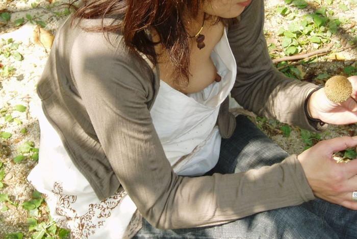 【胸チラエロ画像】乳首まで見えた!偶然にしても「よくぞ撮った!」胸チラ画像 11