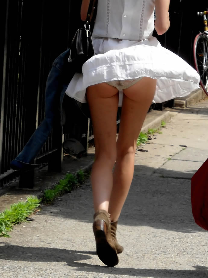 【パンチラエロ画像】街中で捉えた決定的瞬間!刹那の瞬間のパンチラ画像 23